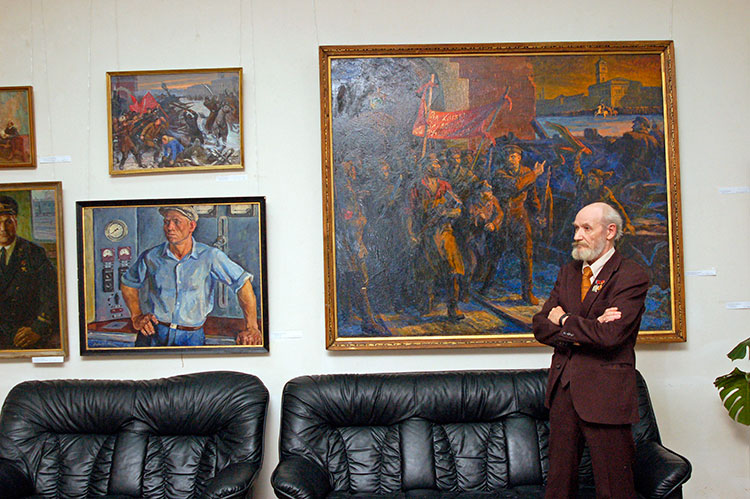 S. Altaev on the exhibition in the gallery on the Peschanaya street. 2005